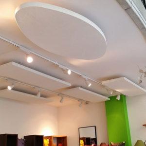 ABSOPANEL akoestische panelen worden rechtstreeks op het plafond gelijmd