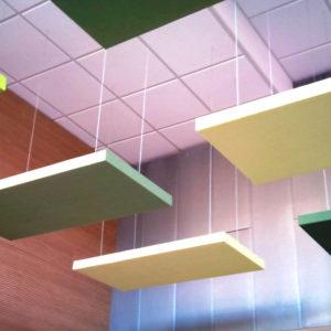 Door ze aan het plafond te hangen, absorberen ABSOPALEN akoestische panelen geluid en voorkomen weerkaatsing.