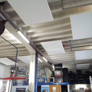 ABSOPANEL akoestische panelen rechtstreeks op het plafond gemonteerd in een garage
